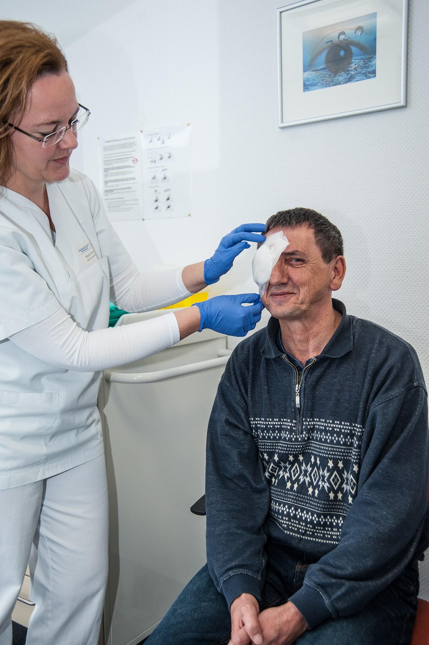 OP-Team bei einer Augenoperation.